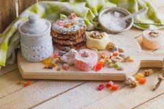 Ensemble de lokum de rahat avec les peaux glacées, les écrous et la poudre de sucre Photographie stock libre de droits