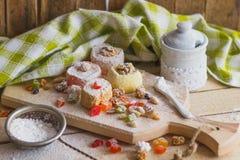 Ensemble de lokum de rahat avec les peaux glacées, les écrous et la poudre de sucre Photographie stock