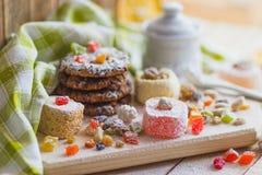 Ensemble de lokum de rahat avec les peaux glacées, les écrous et la poudre de sucre Photos stock