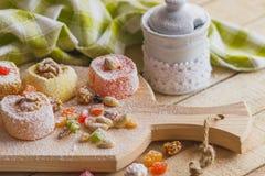Ensemble de lokum de rahat avec les peaux glacées, les écrous et la poudre de sucre Image libre de droits