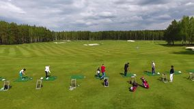 1 3 Ensemble de longueurs avec des golfeurs jouant dans le golf par jour ensoleillé, une excellente herbe verte de club de golf banque de vidéos