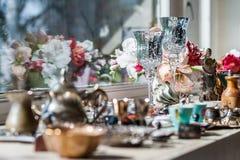 Ensemble de luxe de décoration sur le banc de fenêtre image libre de droits