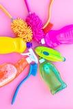Ensemble de ménage Détergents, savon, décapants et brosse pour faire le ménage sur la maquette de vue supérieure de fond de rose photos libres de droits