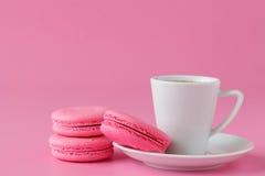 Ensemble de macaron rose avec la tasse de café photographie stock