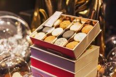 Ensemble de macarons dans le boîte-cadeau Image stock