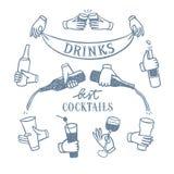 Ensemble de mains avec des boissons et des bouteilles illustration de vecteur