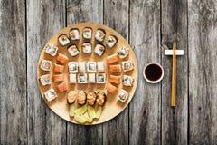 Ensemble de maki et de petits pains de sushi au fond en bois Photo libre de droits
