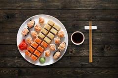 Ensemble de maki et de petits pains de sushi au fond en bois Photographie stock libre de droits