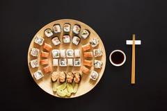 Ensemble de maki et de petits pains de sushi au fond noir Images libres de droits
