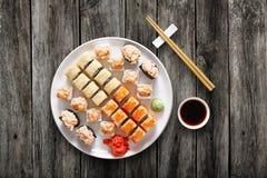 Ensemble de maki et de petits pains de sushi au fond noir Images stock