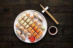 Ensemble de maki et de petits pains de sushi au fond noir Photo stock