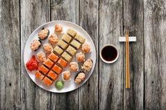 Ensemble de maki et de petits pains de sushi au fond noir Image stock