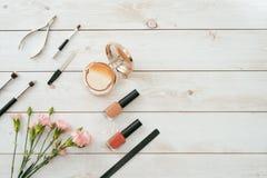 Ensemble de manucure et vernis à ongles sur le fond en bois Photo libre de droits