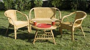 Ensemble de meubles de rotin sur l'herbe verte dans la cour Photo stock
