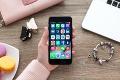 Ensemble de mise en réseau sociale sur l'iPhone 7 Jet Black Onyx Photos stock
