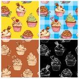 Ensemble de modèles sans couture avec les petits gâteaux doux décorés Images libres de droits