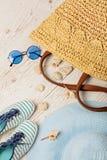 Ensemble de mode d'été Chapeau, sac, chaussures et lunettes de soleil du ` s de femmes Photos libres de droits