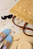 Ensemble de mode d'été Chapeau, sac, chaussures et lunettes de soleil du ` s de femmes Photo libre de droits