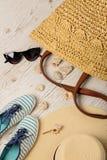 Ensemble de mode d'été Chapeau, sac, chaussures et lunettes de soleil du ` s de femmes Image stock