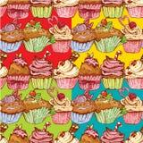 Ensemble de modèles sans couture avec les petits gâteaux doux décorés Image libre de droits