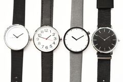 Ensemble de montres-bracelet multicolores d'isolement sur le fond blanc Photographie stock libre de droits