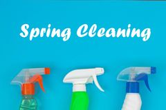 Ensemble de nettoyage color? pour diff?rentes surfaces dans la cuisine, la salle de bains et d'autres salles photographie stock