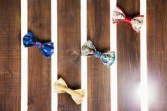 Ensemble de noeud papillon fait main au-dessus de fond en bois Photos libres de droits