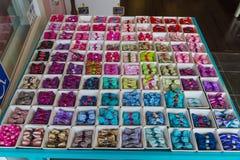 Ensemble de noeuds papillon colorés de ruban dans des boîtes Photo libre de droits
