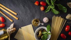 Ensemble de nourriture italienne sur la table en pierre noire Photos stock