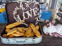 Ensemble de pain dans le bagage de voyage avec l'amour et le chat Photo libre de droits