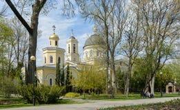 Ensemble de palais et de parc de Gomel Vue de la chapelle-tombe de la famille de Paskevich et de la cathédrale de Peter et de Pau image stock