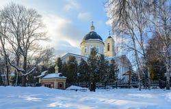Ensemble de palais et de parc de Gomel Vue de la tombe du prince Paskevich et la cathédrale de Peter et de Paul pendant l'hiver V photos stock