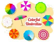 Ensemble de parapluies colorés sur la plage Image stock