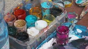 Ensemble de peinture acrylique d'artiste de rue Fermez-vous vers le haut du tir banque de vidéos