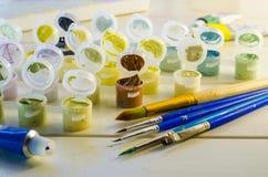Ensemble de peintures acryliques colorées image stock