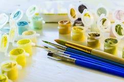 Ensemble de peintures acryliques colorées images stock