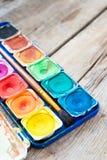 Ensemble de peintures d'aquarelle sur le fond en bois Photo stock