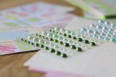 Ensemble de perles brillantes sur un fond créatif Photos stock