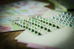Ensemble de perles brillantes sur un fond créatif Photo stock