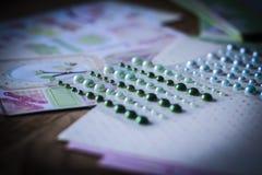 Ensemble de perles brillantes sur un fond créatif Images stock