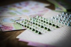 Ensemble de perles brillantes sur un fond créatif Image libre de droits