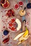 Ensemble de petit déjeuner de chute et d'hiver Les smoothies de superfoods d'Acai roulent avec des graines de chia, grenade, bana Image libre de droits