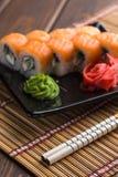 Ensemble de petit pain de sushi, petits pains de la Californie et bâtons, image verticale Photo libre de droits