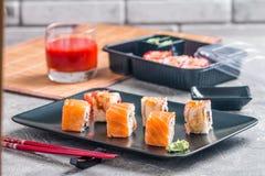 Ensemble de petits pains de sushi de saumons et d'anguille Image libre de droits