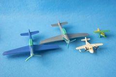 Ensemble de peu de modèles de vintage des avions en miniature photographie stock libre de droits