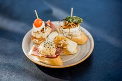 Ensemble de pinchos sur la table Photographie stock