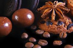 Ensemble de plan rapproché de biscuits croquants ronds de chocolat avec des grains de café, étoile d'anis sur un fond noir, macro image libre de droits