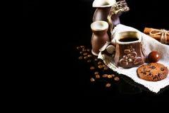 Ensemble de plan rapproché de plats de café, café d'expresso, lait, biscuits croquants ronds de chocolat avec les grains de café, photographie stock libre de droits