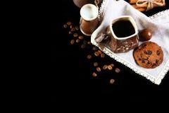 Ensemble de plan rapproché de plats de café, café d'expresso, lait, biscuits croquants ronds de chocolat avec les grains de café, photo stock