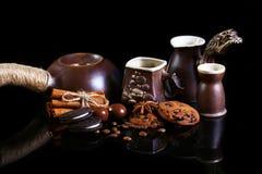 Ensemble de plan rapproché de plats de café, café d'expresso, lait, biscuits croquants ronds de chocolat avec les grains de café, photos libres de droits